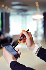 Das eine Ende des Stifts ist ein Kugelschreiber, mit dem anderen Ende wird das Smartphone bedient.