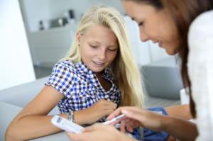 Eltern sollten sich gemeinsam mit ihren Kindern mit dem Smartphone beschäftigen - insbesondere, was notwendige Sicherheitseinstellungen betrifft. Foto: djd/yourfone GmbH/thx
