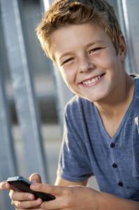 Kinderleicht zu bedienen und ungemein praktisch: Immer mehr Teenies besitzen bereits ihr eigenes Smartphone. Foto: djd/yourfone GmbH/thx