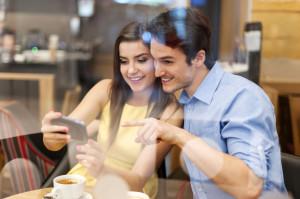 Mailen, surfen, telefonieren: Smartphones sind heutzutage fast permanent in Betrieb. Mit einigen Tricks lässt sich die Laufzeit des Akkus deutlich verlängern.