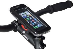 Über einen am Vorbau oder Lenker angebrachten Adapter lassen sich Smartphones und kleinere Tablets mit einem Klick befestigen und sekundenschnell per Knopfdruck wieder abnehmen.