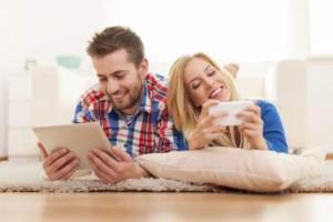 Die Displays werden größer, die Entertainment-Möglichkeiten immer vielfältiger: Mobile Kommunikation per Smartphone, Tablet oder demnächst auch Phablet erhält immer größeren Stellenwert.
