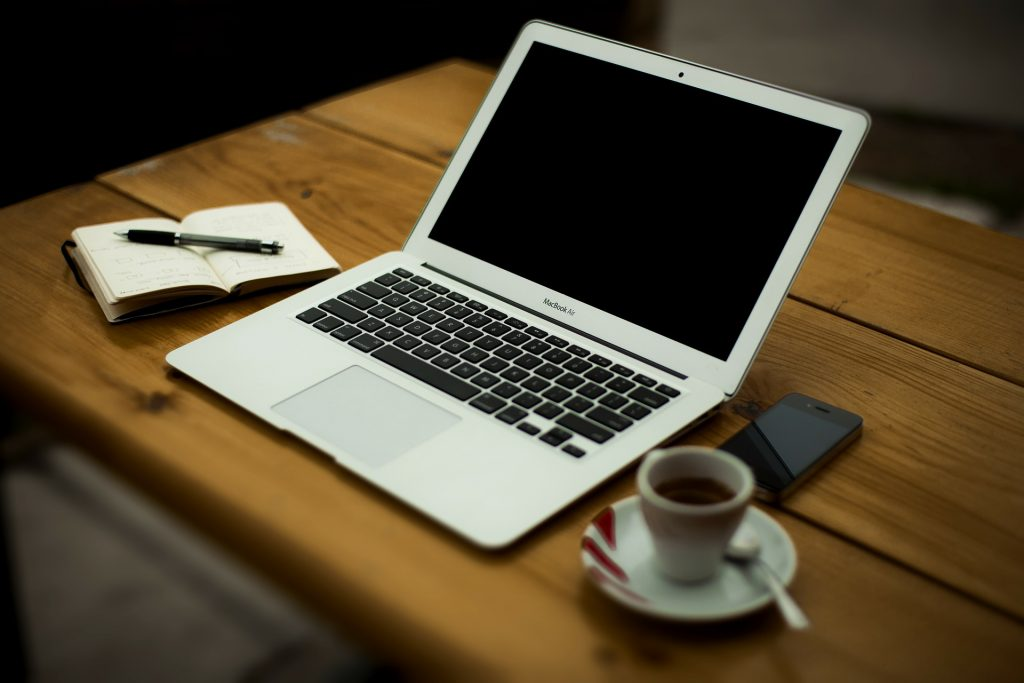 In letzter Zeit hört man immer öfter, dass Blogger mittlerweile von Ihren Blogs leben können. Auch wenn es dahin ein weiter Weg ist, beginnt die Reise doch immer mit einem ersten Schritt. In unserem Artikel möchten wir Dir zeigen, wie du deinen ersten Blog aufbauen kannst – und wer weiß, vielleicht kannst du ja auch bald vom bloggen leben. Aber fangen wir von vorne an: In unseren sieben Schritten zeigen wir dir, wie du deinen ersten Blog aufbaust und die ersten Leser auf deine Seite holst